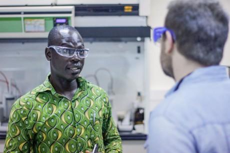 Geoffrey K. Togoh, en el laboratorio del CePAT donde trabaja.}